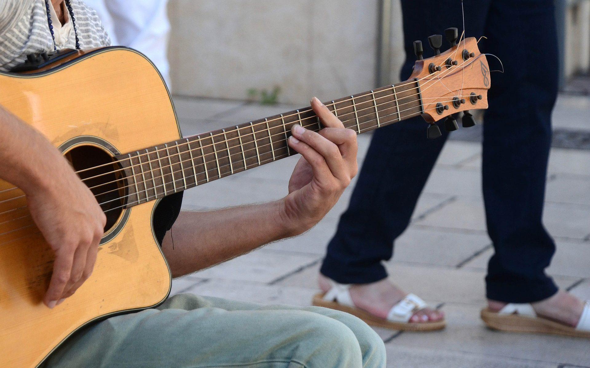Gitarrstämmare spela gitarr